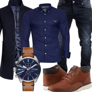 Eleganter Herren-Style mit blauem Hemd und Mantel