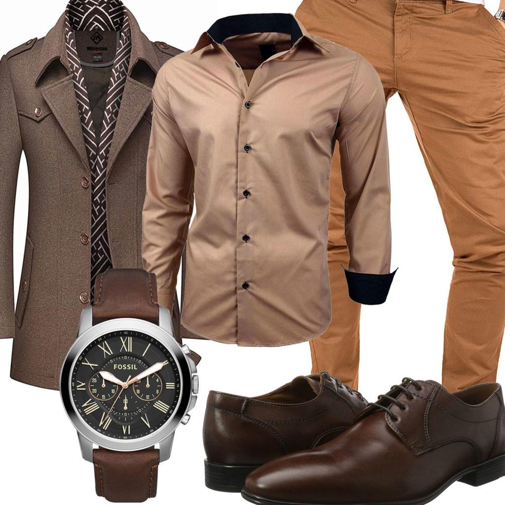 Elegantes Herrenoutfit mit braunem Mantel und Hemd