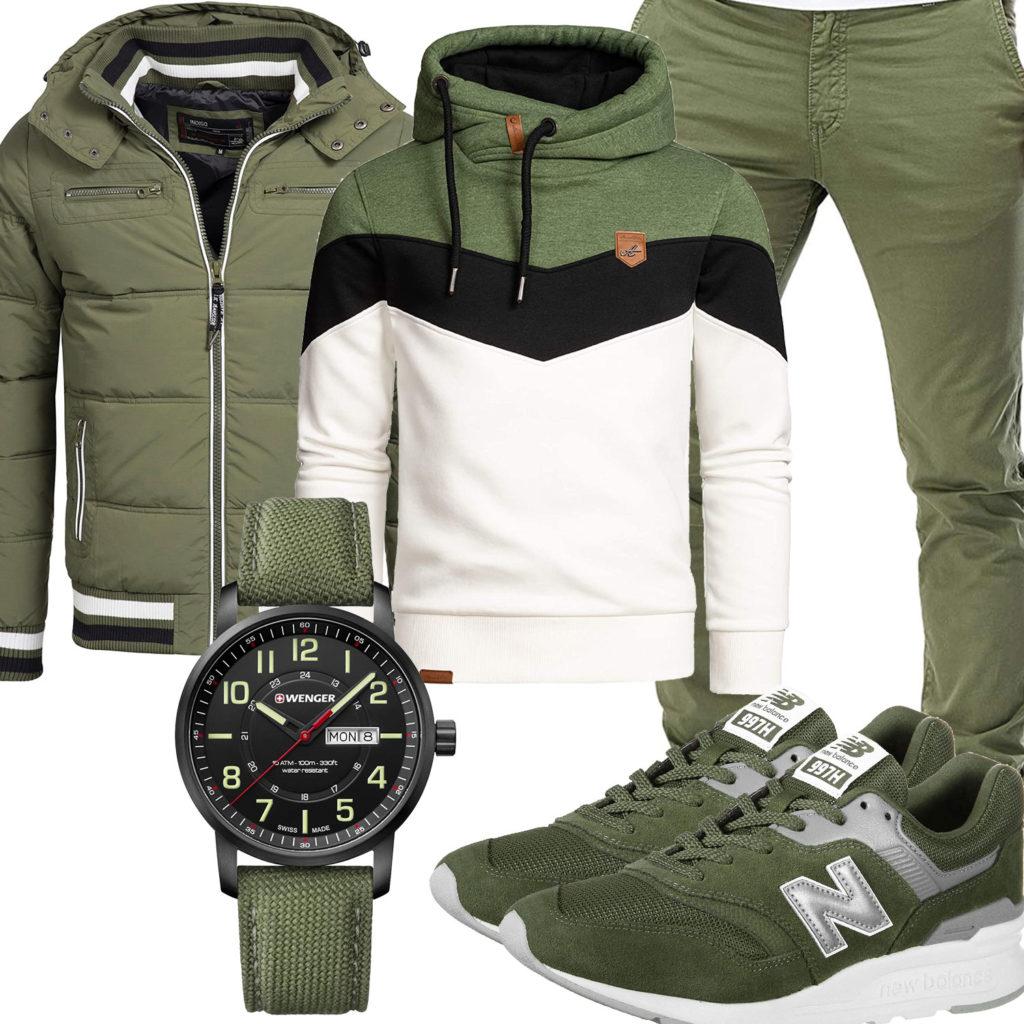 Grünes Herrenoutfit mit Steppjacke, Hoodie und Sneakern