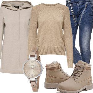 Beiges Herrenoutfit mit Pullover, Wollmantel und Boots