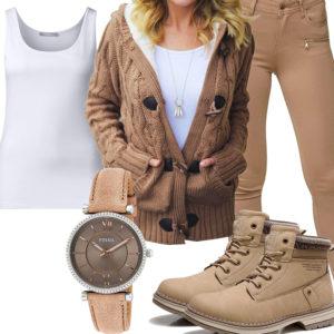 Beige-Weißes Frauenoutfit mit Strickjacke und Stiefeln