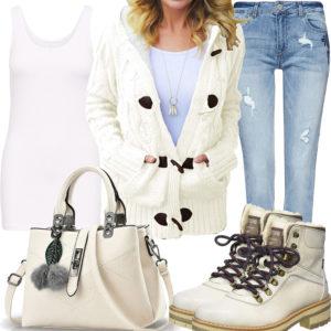 Cremefarbenes Frauenoutfit mit Stiefeln und Strickjacke