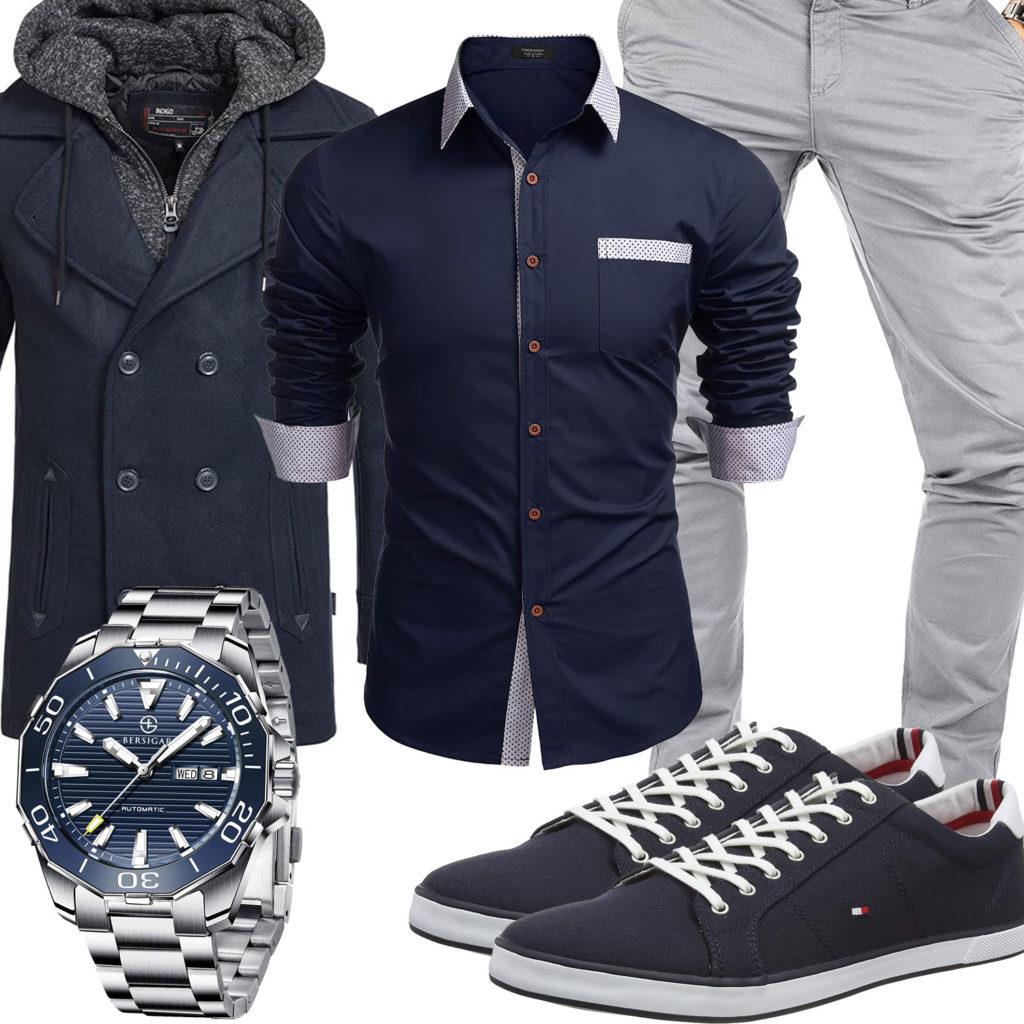 Herren-Style mit blauem Hemd, Mantel und Sneakern
