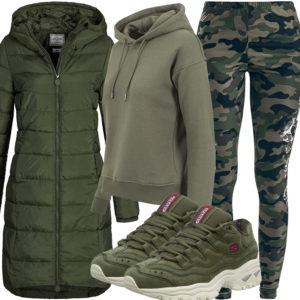 Grünes Damenoutfit mit Camouflage Leggings