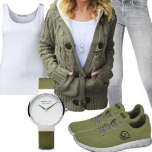 Damenoutfit mit grüner Strickjacke und Sneakern