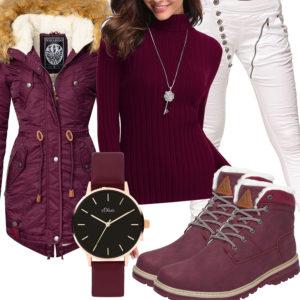 Winter-Damenoutfit in Weiß und Brombeerrot