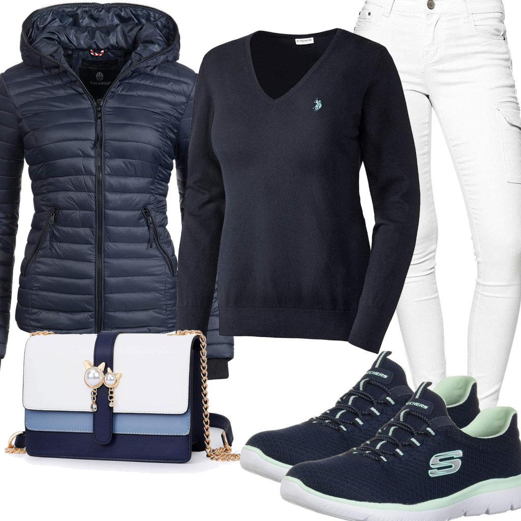 Navyblau-Weißes Frauenoutfit mit Clutch und Sneakern