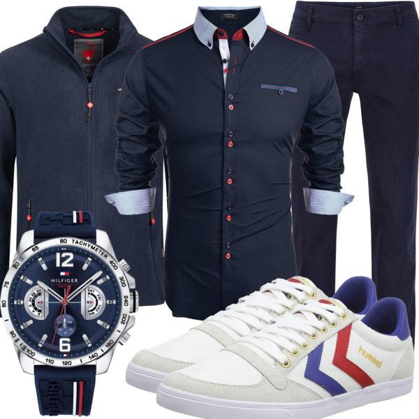 Navyblaues Herrenoutfit mit weißen Hummel Sneakern