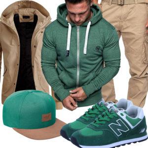 Grün-Beiges Herrenoutfit mit Cap und Sneakern