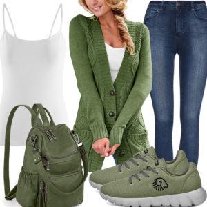 Grünes Frauenoutfit mit Strickjacke, Rucksack und Sneakern