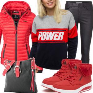 Schwarz-Rotes Frauenoutfit mit gefütterten Sneakern und Steppjacke