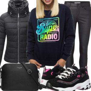 Schwarzes Frauenoutfit mit coolem Pullover und Sneakern