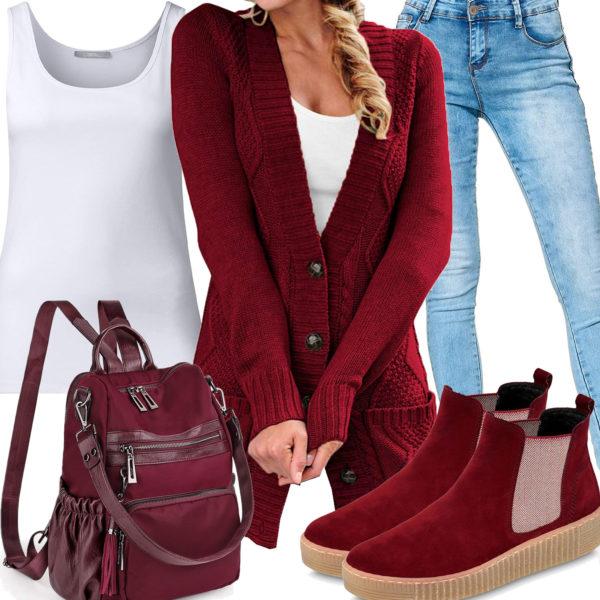 Weinrotes Frauenoutfit mit Strickjacke, Tasche und Schuhen