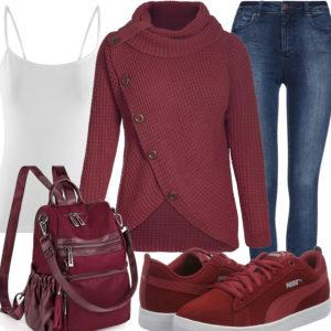Damenoutfit mit weinrotem Strickpullover, Sneakern und Rucksack