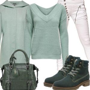 Grünes Frauenoutfit mit Strickpullover, Wollmantel und Stiefeln
