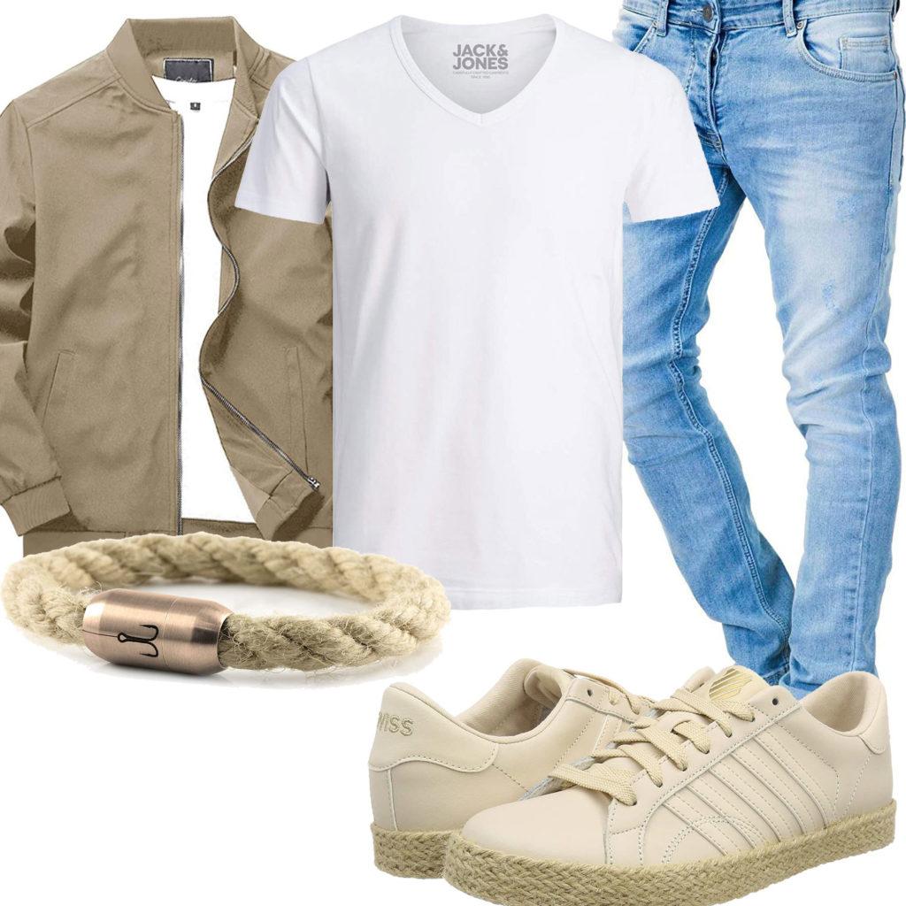 Herren-Style mit beiger Jacke, Sneakern und Armband