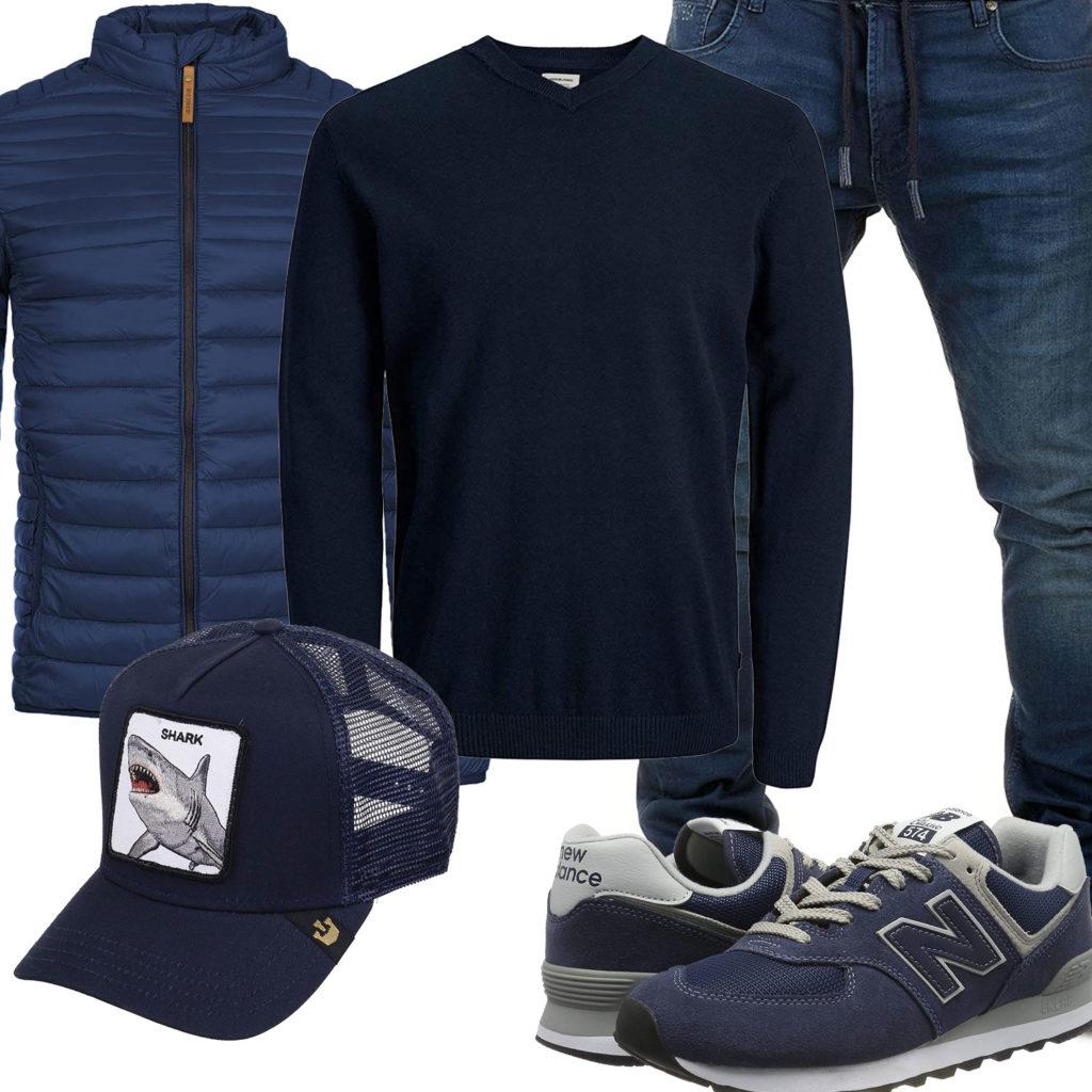 Dunkelblaues Herrenoutfit mit Steppjacke, Pullover und Sneakern