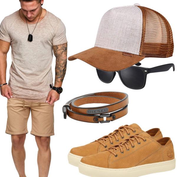 Beiges Sommer-Herrenoutfit mit Cap und Shirt