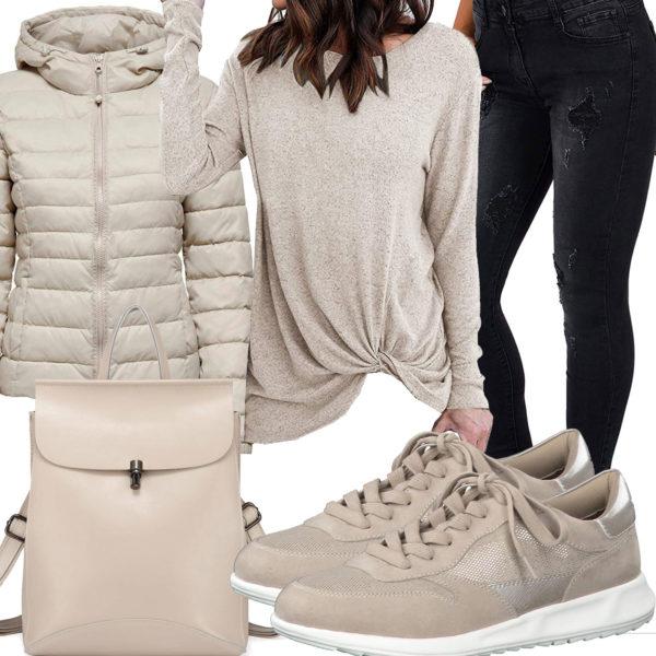 Beiges Frauenoutfit mit Longsleeve und Jacke
