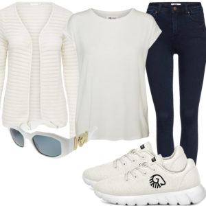 Creme Frauenoutfit mit Strickjacke, T-Shirt und Sneakern