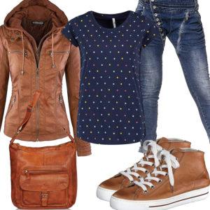 Frühlings-Frauenoutfit mit brauner Lederjacke und Sneakern