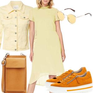 Gelb-Oranges Frauenoutfit mit Kleid und Jeansjacke