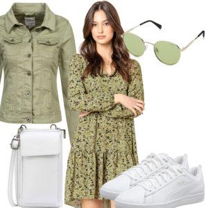 Sommer-Damenoutfit mit grünem Kleid und Jeansjacke
