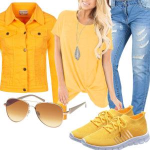 Gelbes Frauenoutfit mit Shirt, Jeansjacke und Sneakern