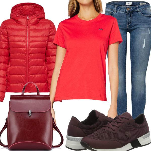 Rotes Frauenoutfit mit Steppjacke, Shirt und Rucksack