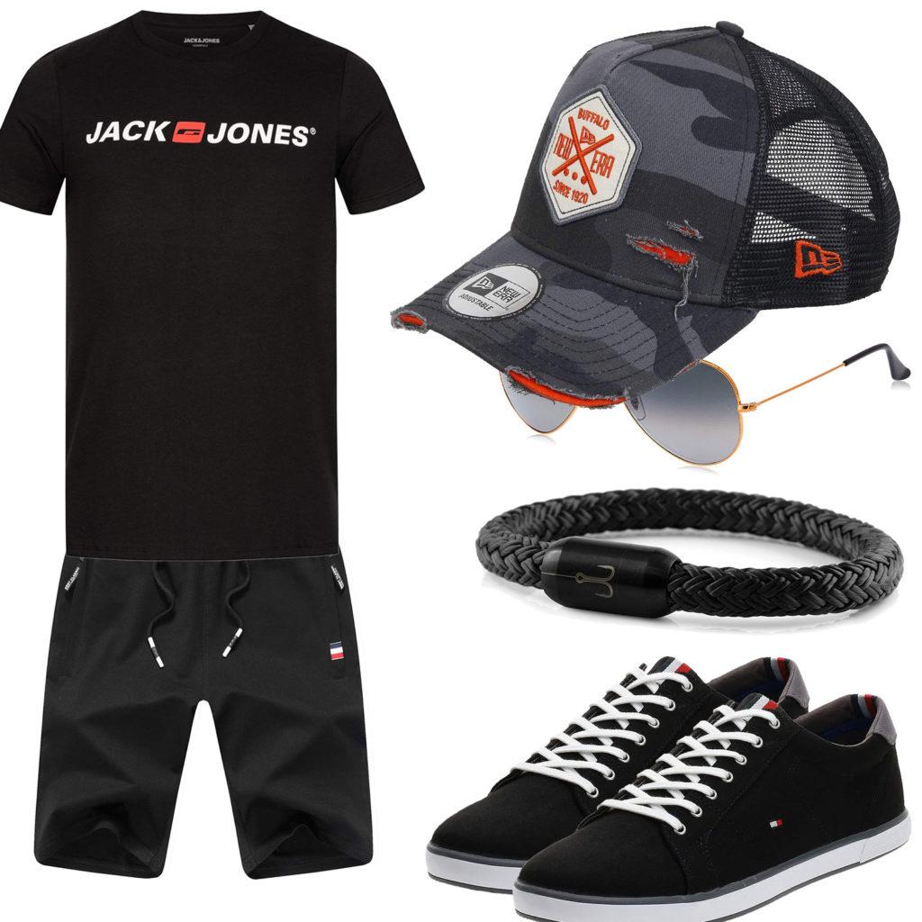 Schwarzes Sommer-Herrenoutfit mit Cap und Sneakern