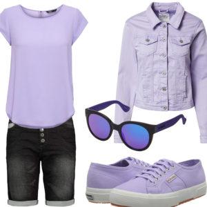 Rosa-Schwarzes Frauenoutfit mit Jeansjacke und Brille