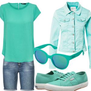 Türkises Damenoutfit mit Shirt und Jeansjacke