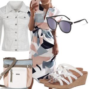Weißes Sommer-Frauenoutfit mit Kleid und Sandalen