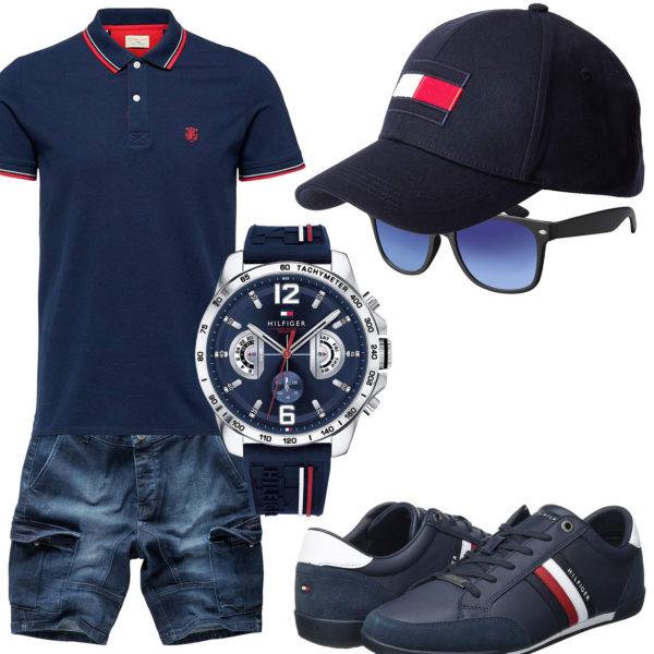 Dunkelblauer Style mit Poloshirt, Cap und Sneakern