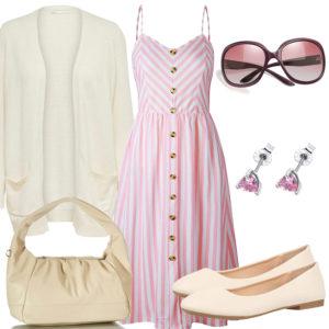 Beiges Sommer-Frauenoutfit mit rosa Kleid und Ohrringen