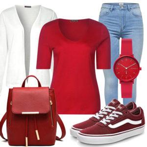 Rotes Frauenoutfit mit Uhr, Rucksack und Sneakern