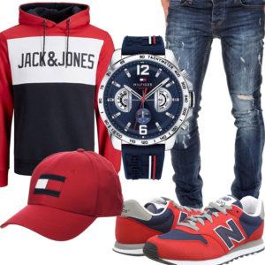 Rotes Herrenoutfit mit Hoodie, Sneaker und Cap