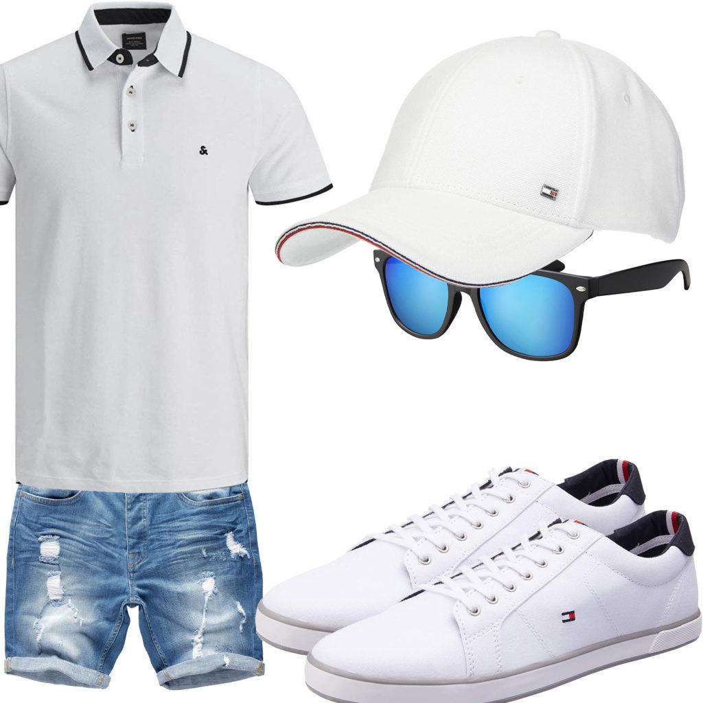 Weißes Herrenoutfit mit Poloshirt, Cap und Sneakern