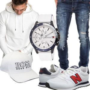Weißes Herrenoutfit mit Cap, Uhr und Sneakern