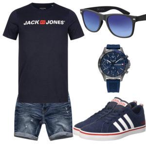 Dunkelblaues Herrenoutfit mit Shirt, Sneakern und Uhr