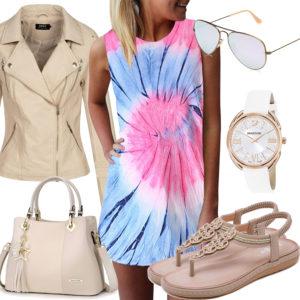 Sommer-Frauenoutfit mit buntem Kleid und Sonnenbrille