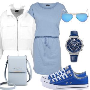 Hellblaues Frauenoutfit mit Kleid, Sneakern und Brille