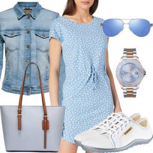 Hellblaues Damenoutfit mit Kleid, Uhr und Jeansjacke