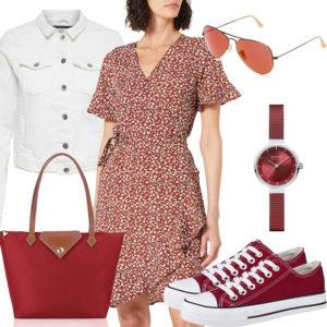Rot-Weißes Frauenoutfit mit Jeansjacke und Kleid