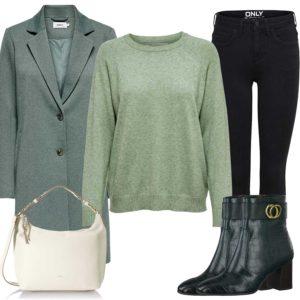Grünes Damenoutfit mit Pullover und Mantel