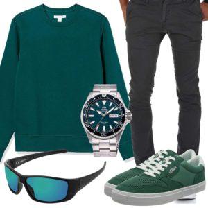 Dunkelgrünes Herrenoutfit mit Pullover und Sneakern